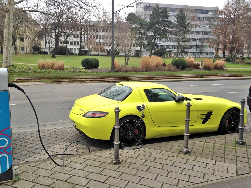 Neongelber Mercedes-Benz SLS AMG Coupé Electric Drive in Frankfurt