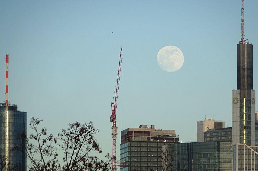 Mond am Himmel über Frankfurt