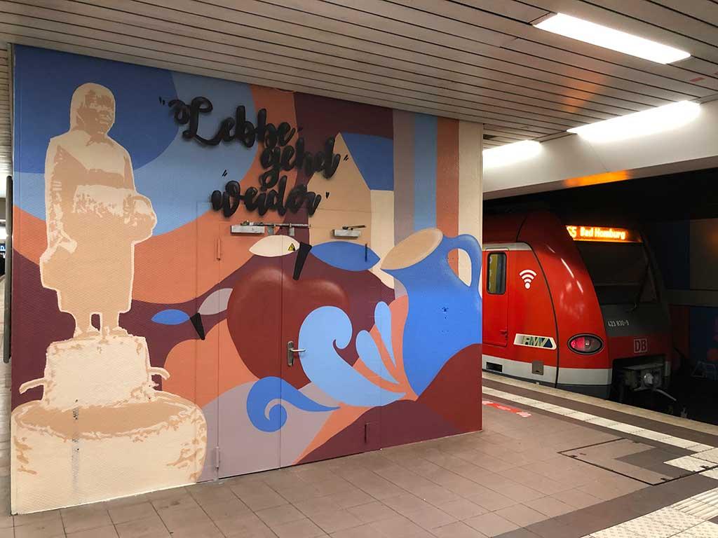 Mural Art mit Frau Rauscher und Lebbe geht weider Spruch im Lokalbahnhof