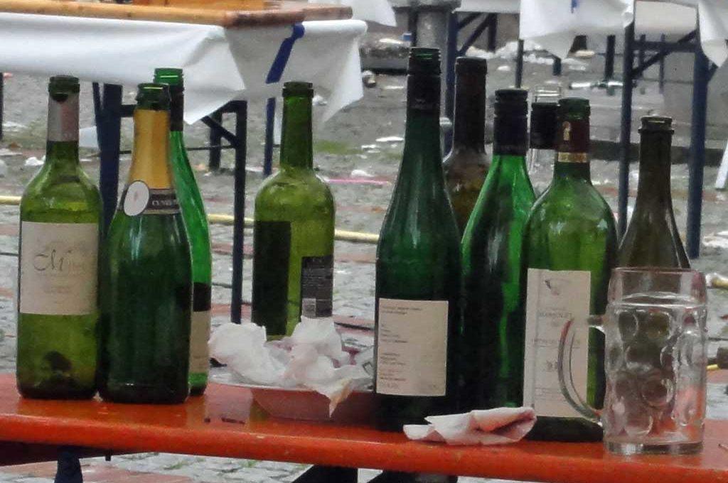 Viele leere Flaschen nach dem Straßenfest
