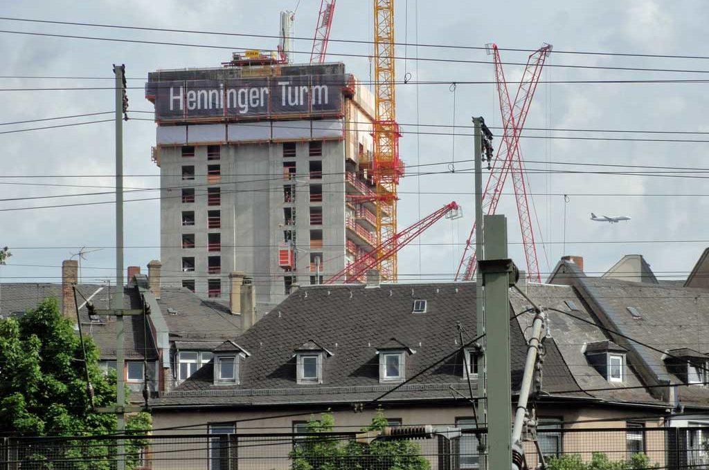 Neuer Henninger Turm in Frankfurt im Aufbau