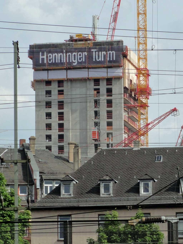 Henninger Turm - Neubau mit Schriftzug