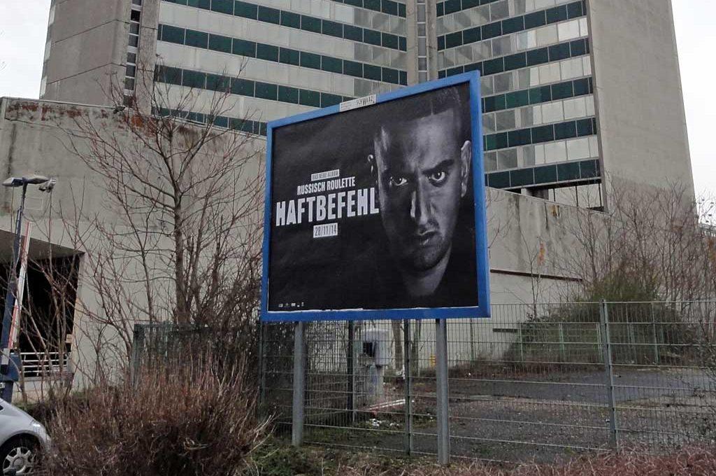 Werbung in Offenbach für das neue Haftbefehl-Album