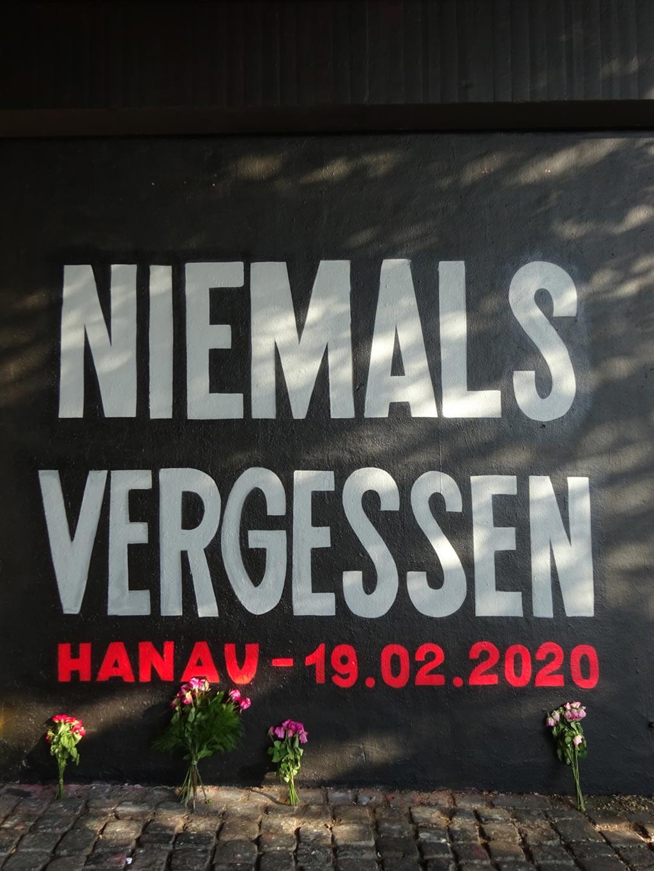Niemals vergessen - Gedenkwand an der Friedensbrücke in Frankfurt