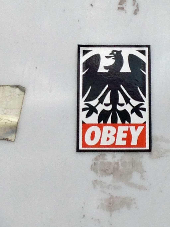 OBEY-Logo-Variante mit Eintracht-Adler