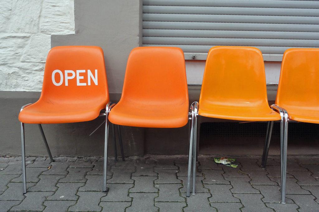 Stühle in orange mit Schriftzug Open