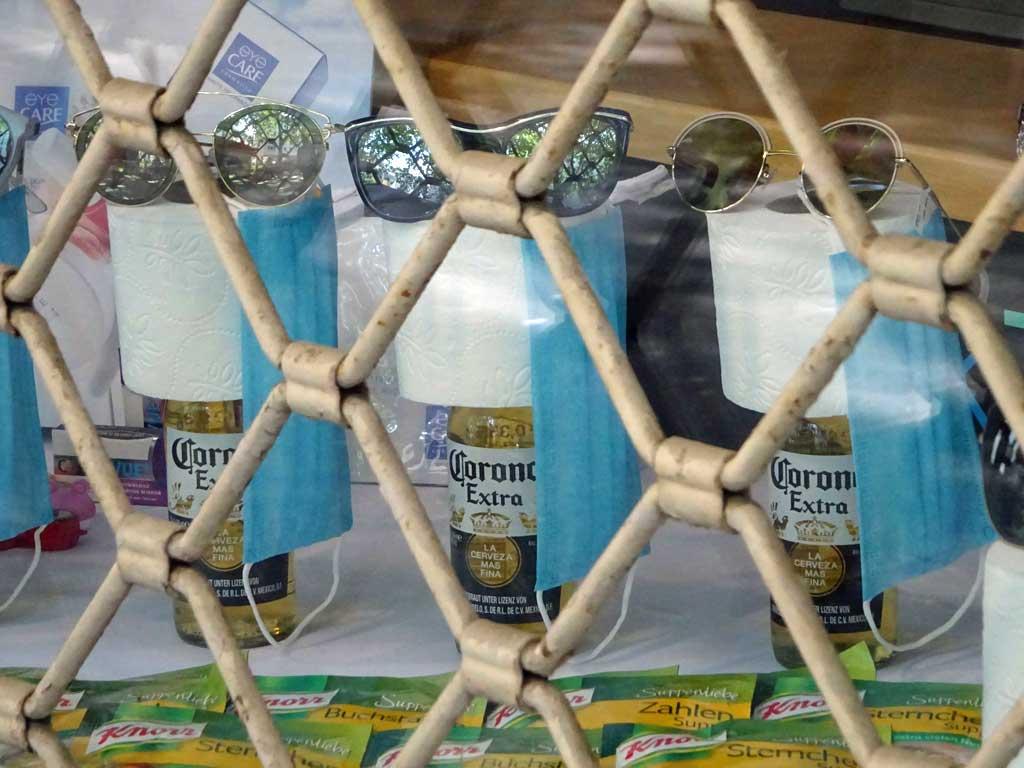 Optiker-Schaufenster mit Corona-Bier und Toilettenpapier