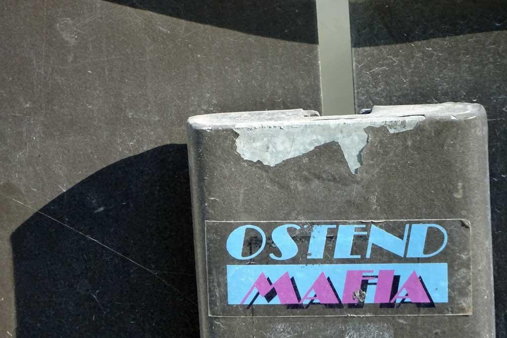 Ostend Mafia-Aufkleber in Miami Vice-Typografie