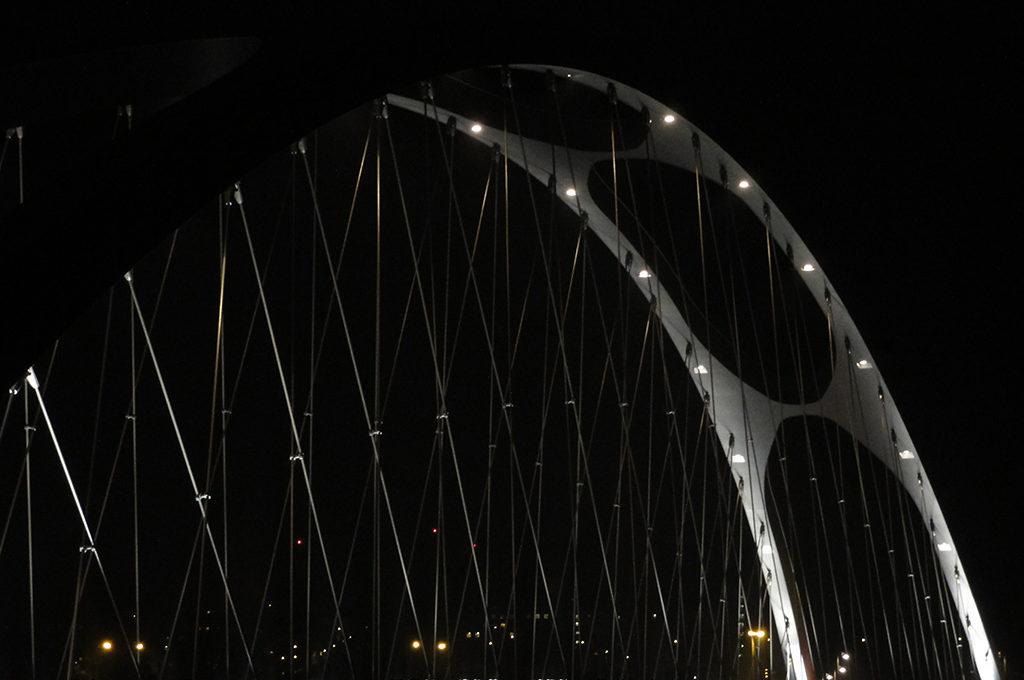 Osthafenbrücke bei Nacht in Frankfurt am Main