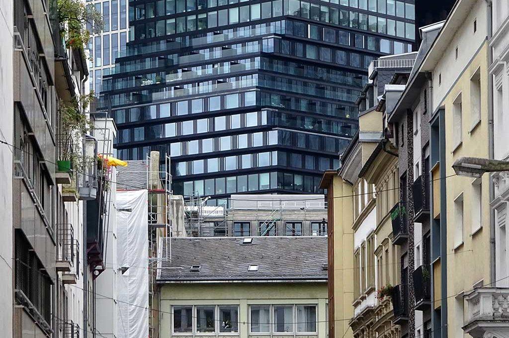 Von der Kaiserhofstraße zum Omniturm geblickt