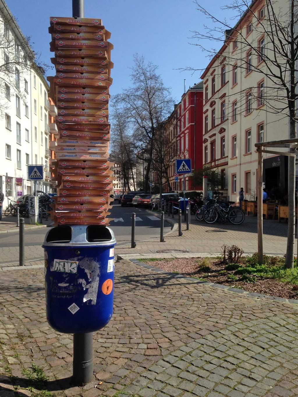 Gestapelte Pizzakartons am Luisenplatz im Frankfurter Nordend