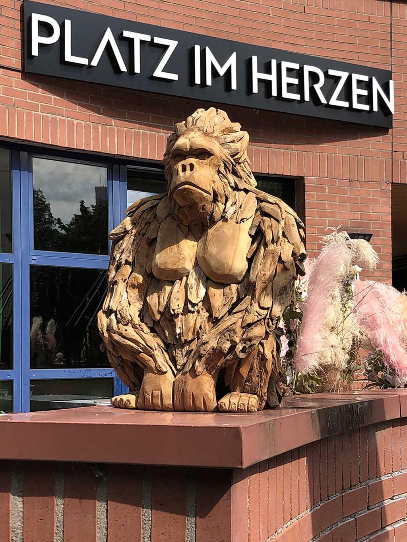 Stadtbilder Frankfurt - Gorilla-Skulptur aus Holz beim Platz im Herzen in Frankfurt
