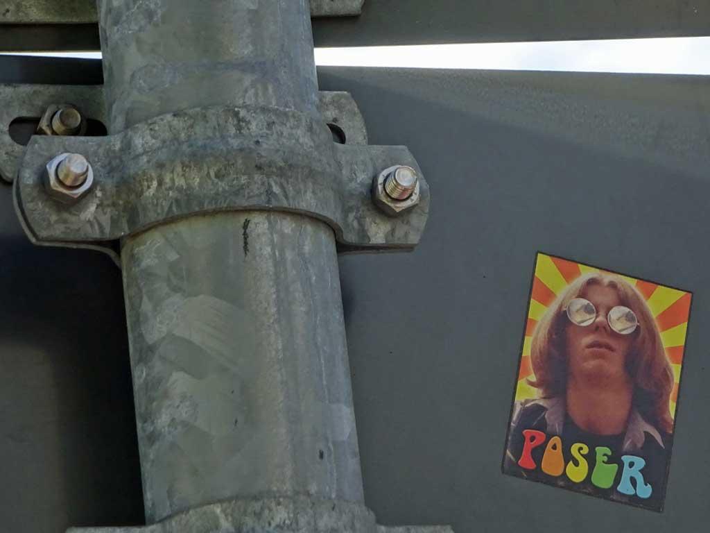 """Hippie-mäßige Gestaltung eines Aufkleber mit dem Wort """"Poser"""""""