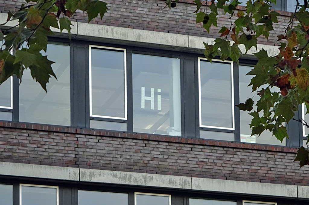 Hi aus Post-it-Zetteln am Fenster