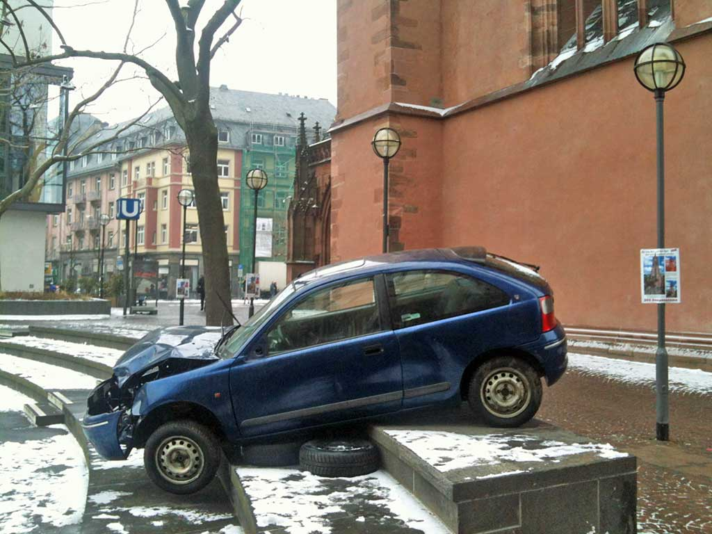 "Punlic Art in Frankfurt - Autowracks ""Burning Beats"" in der Altstadt"