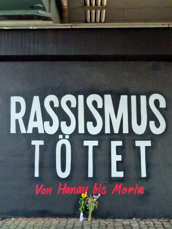 Rassismus tätet - Gedenkwand an der Friedensbrücke in Frankfurt