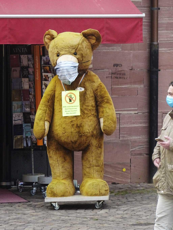 Riesen-Teddy mit Mund-Nasen-Schutz