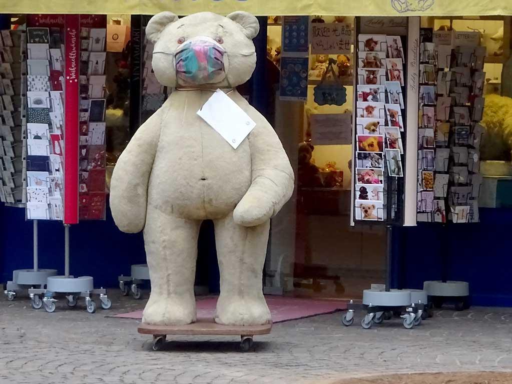 Riesen-Teddybär mit Mund-Nasen-Schutz