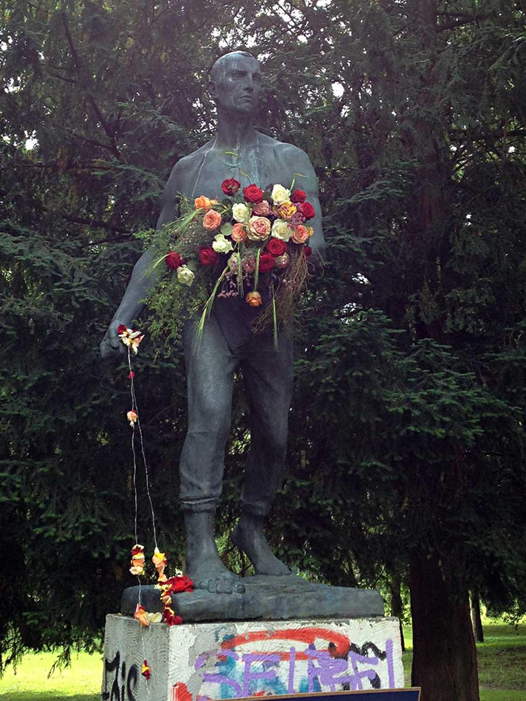 Rosenkavalliere-Aktion in Frankfuirt anlässlich des Rosen- und Lichterfests des Palmengarten
