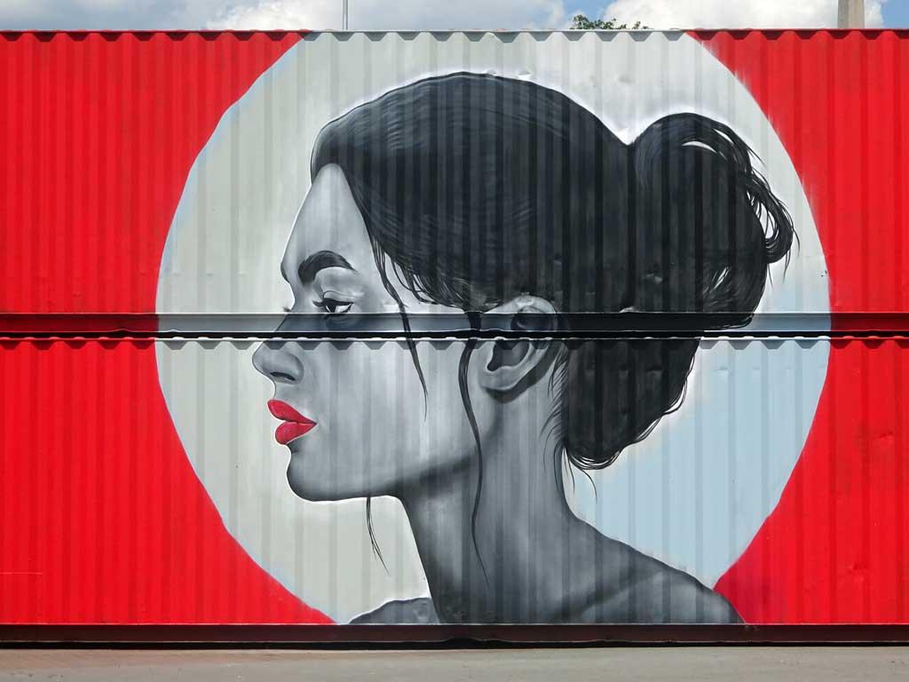 Streetart am Kasteler Rheinufer - Roter Container mit Frauen-Portrait