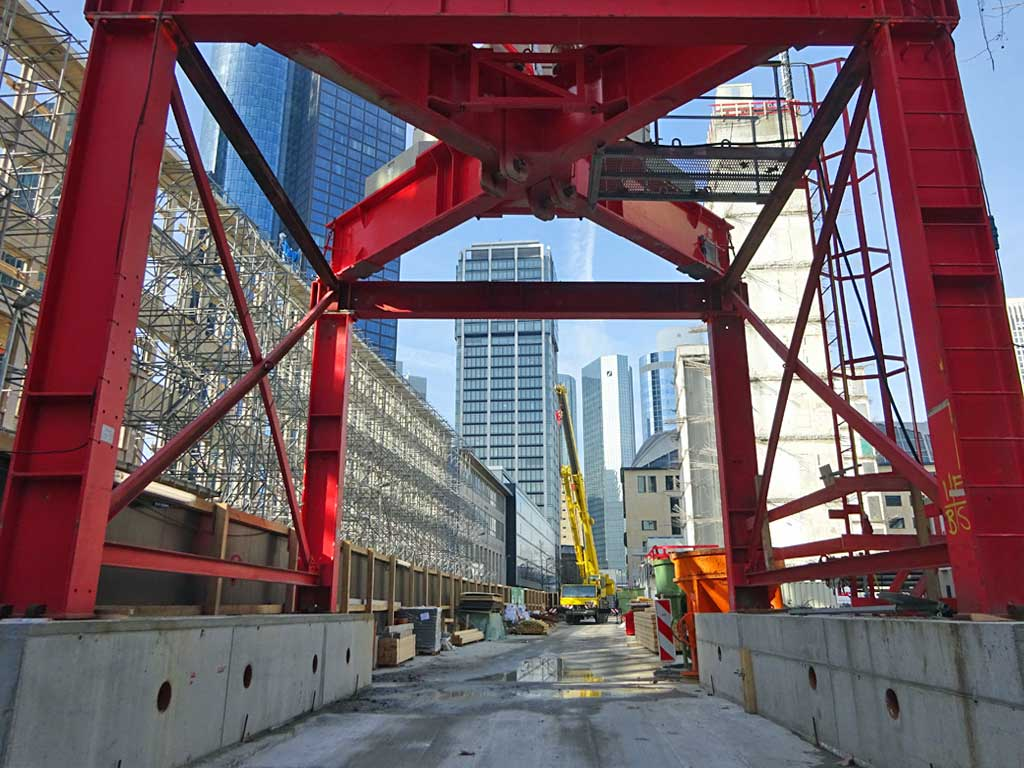 Roter Kran in der Four-Frankfurt-Baustelle