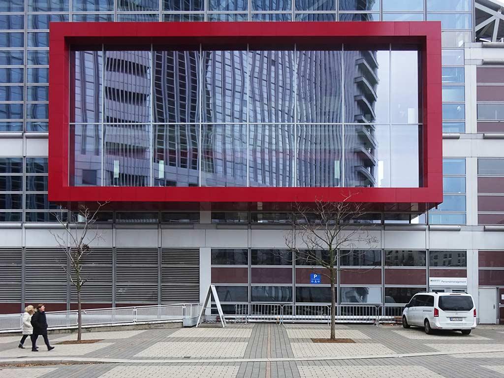 Roter Rahmen an Fassade der Messe Frankfurt