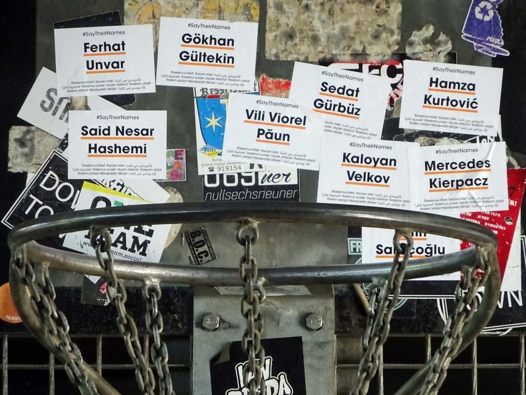 #SayTheirNames-Aufkleber bei der Friedensbrücke in Frankfurt