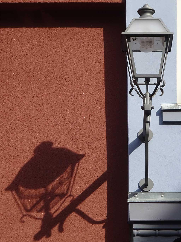 Lampe in der Neuen Altstadt Frankfurts wirft Schatten