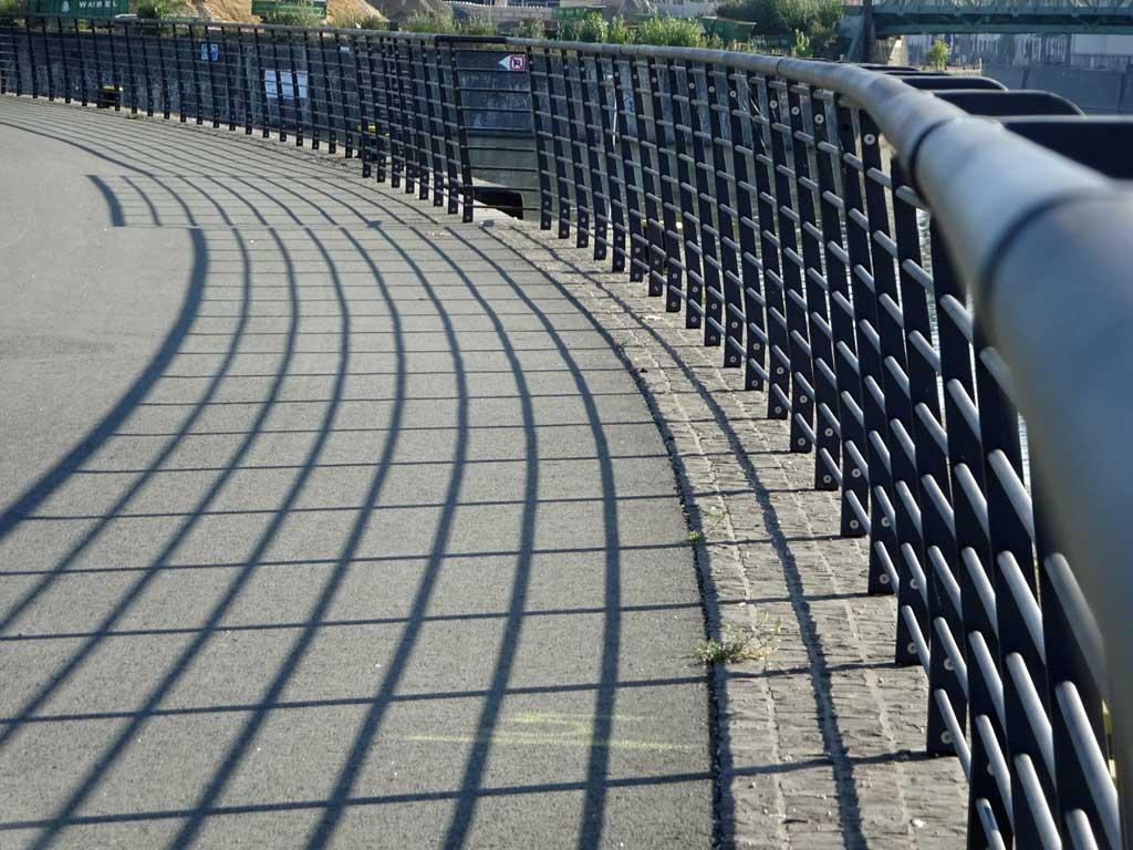Geländer am Hafenpark wirft Schatten