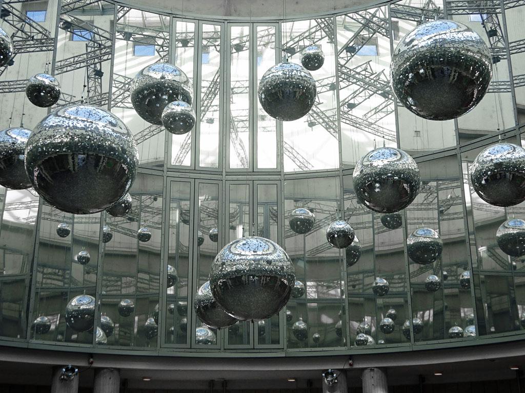 Schirn-Rotunde mit Discogeln-Installation