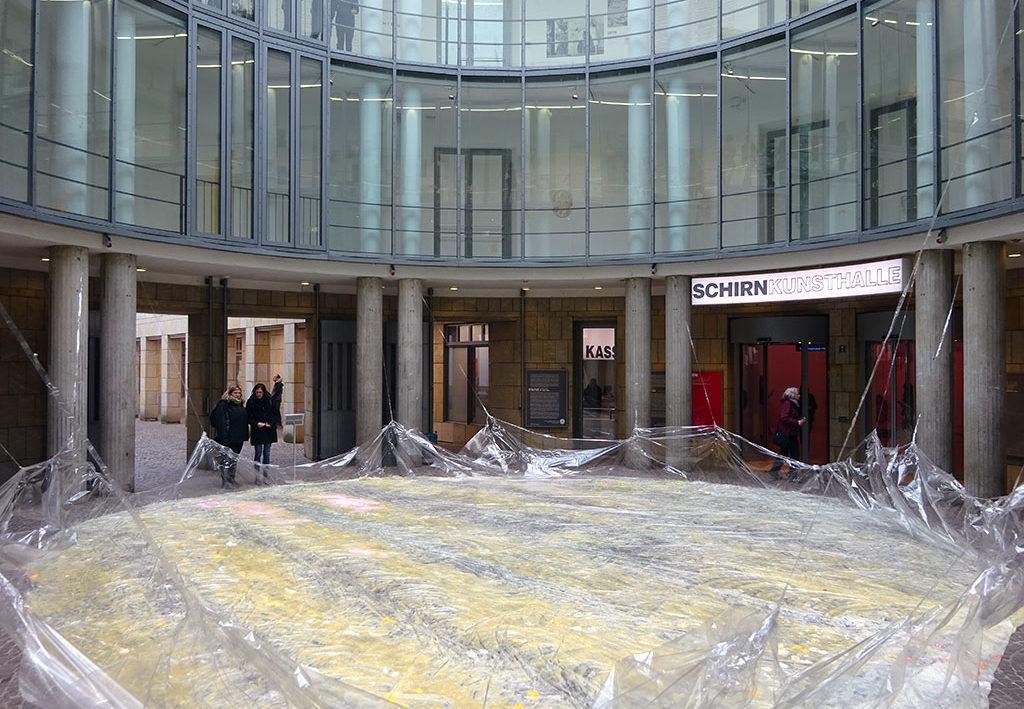 Conditions von Karla Black in der Rotunde der Schirn Kunsthalle Frankfurt