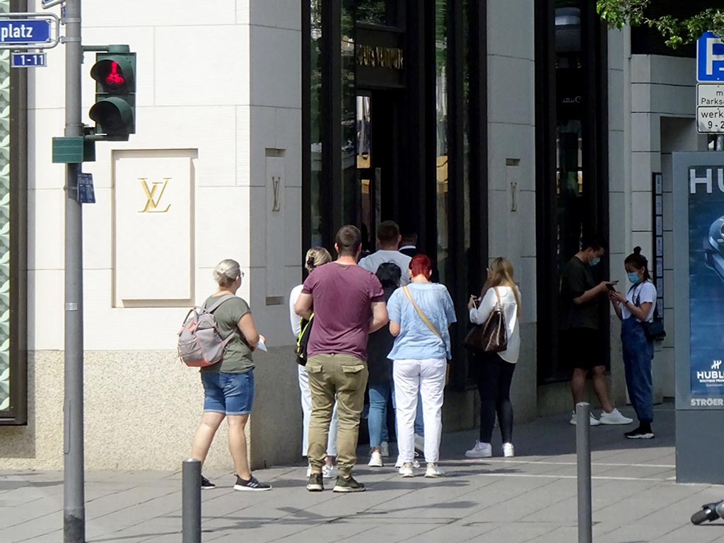 Schlange stehen bei Louis Vuitton in der Goethestraße in Frankfurt am Main