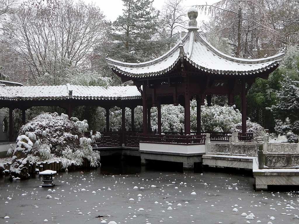 Schnee im Garten des Himmlichen Friedens in Frankfurt