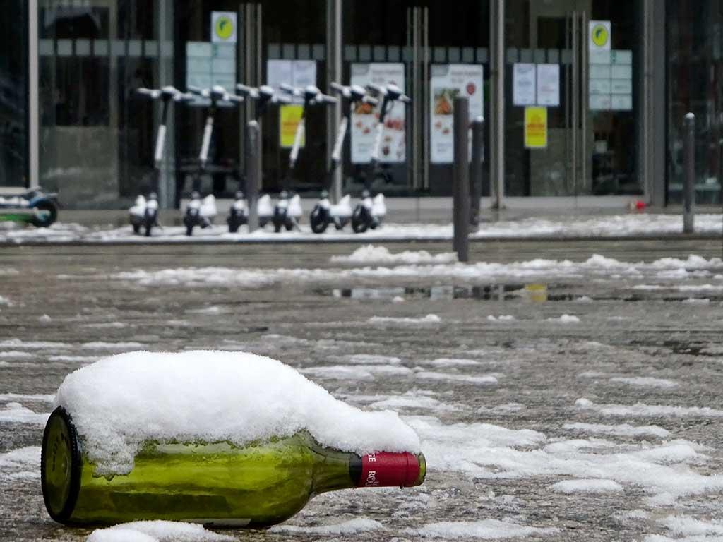 Schneebedeckte Weinflasce auf der Zeil in Frankfurt