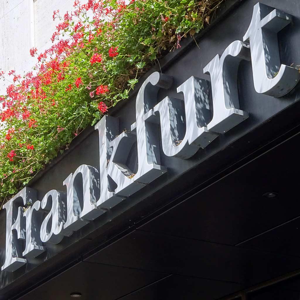 Frankfurt-Schriftzug am The Frankfurt Hotel in Frankfurt am Main