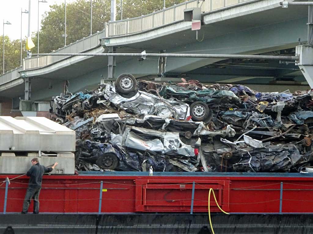 Schifftransport von Autoschrott