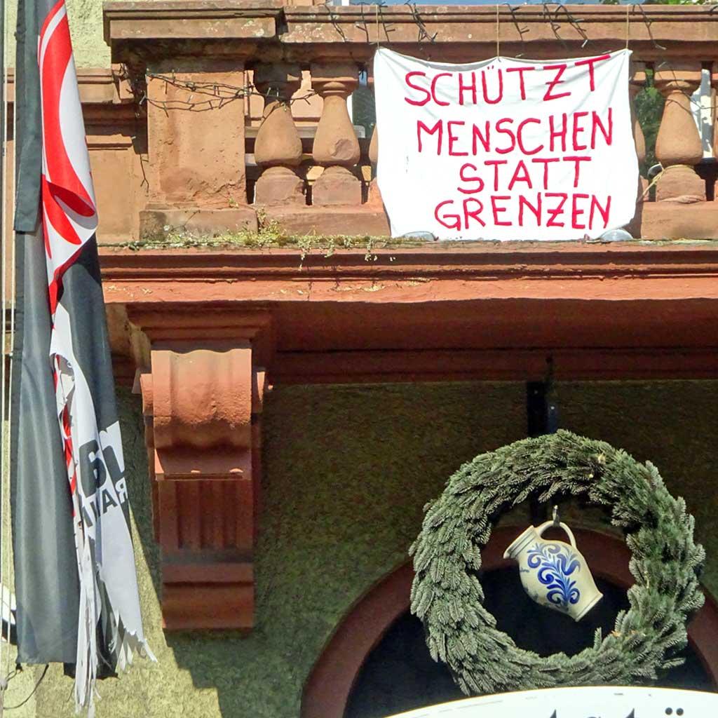 Politischer Protest zu Corona-Zeiten in Frankfurt - Schützt Menschen statt Grenzen