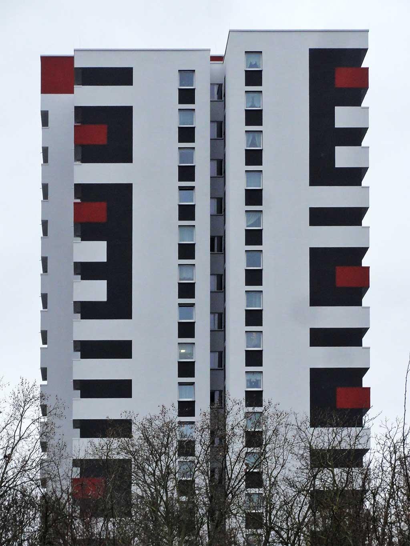 Seitliche Ansicht eines Wohnhochhauses im Mainfeld