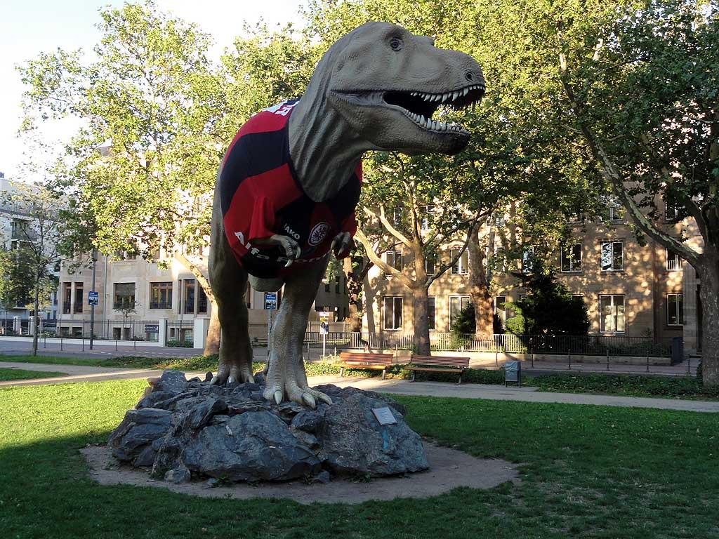 Dinosaurier im Eintracht Trikot beim Senckenberg Museum