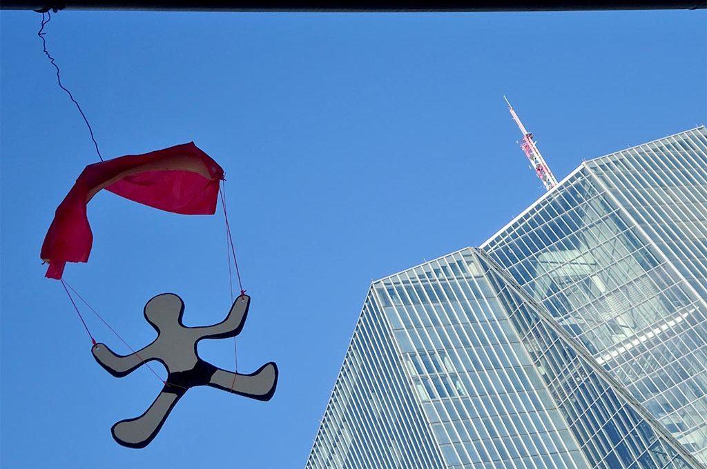 Fallschirmspringer bei der EZB in Frankfurt