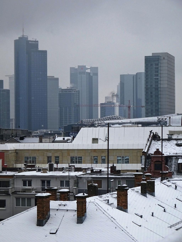Skyline Frankfurt nachdem es geschneit hat
