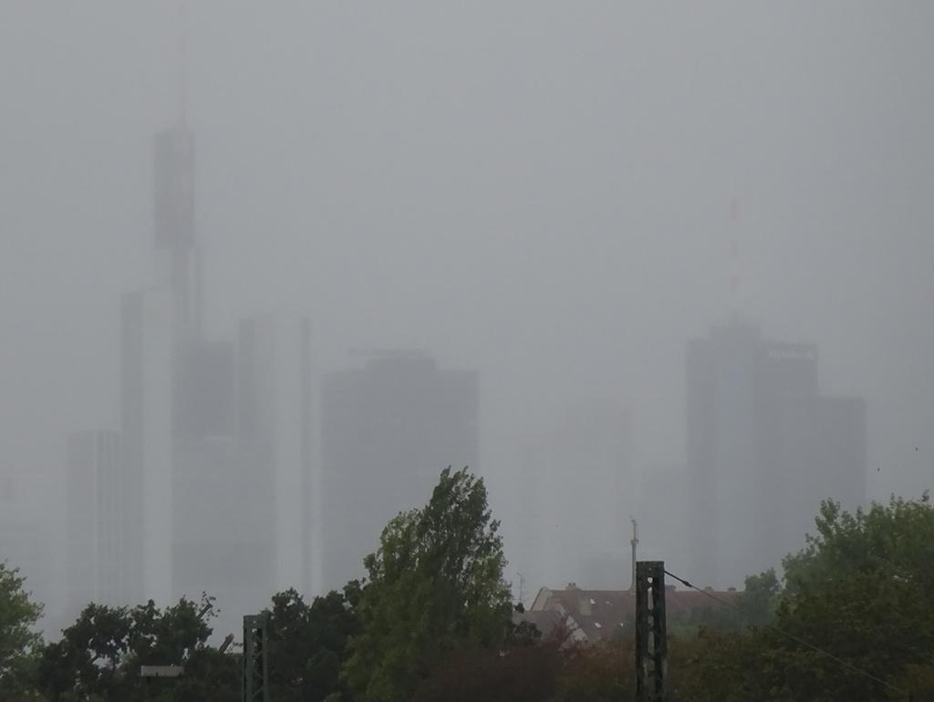 Nebel verdeckt Sklyine in Frankfurt