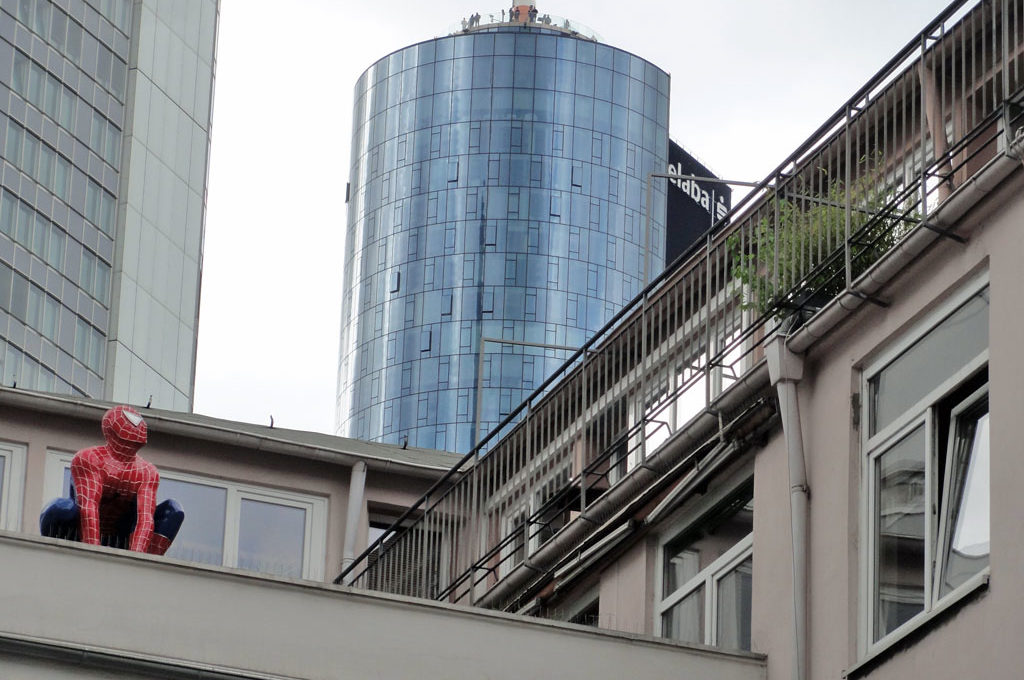 Spiderman auf Dach in Frankfurt