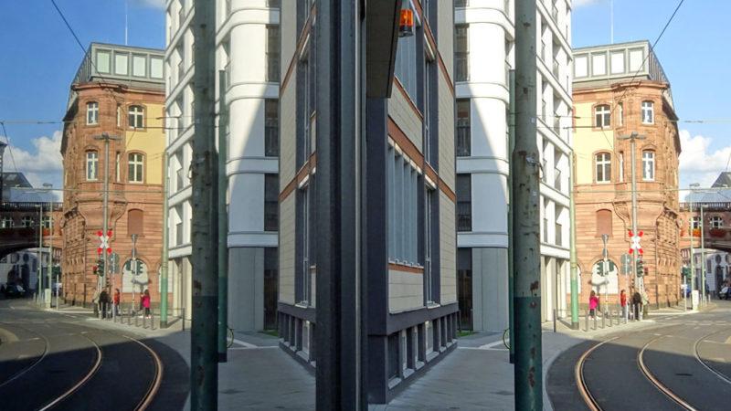 Spiegelung Schaufenster mit Straße