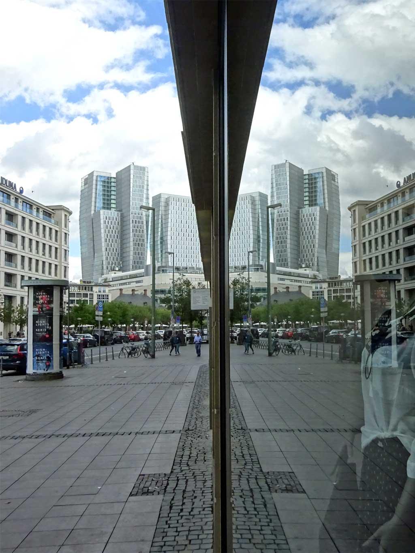 Schaufenster-Spiegelung Palais Quartier
