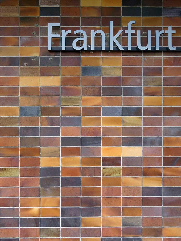 Spaltplatten an Wand der ehemaligen Oberfinanzdirektion in Frankfurt