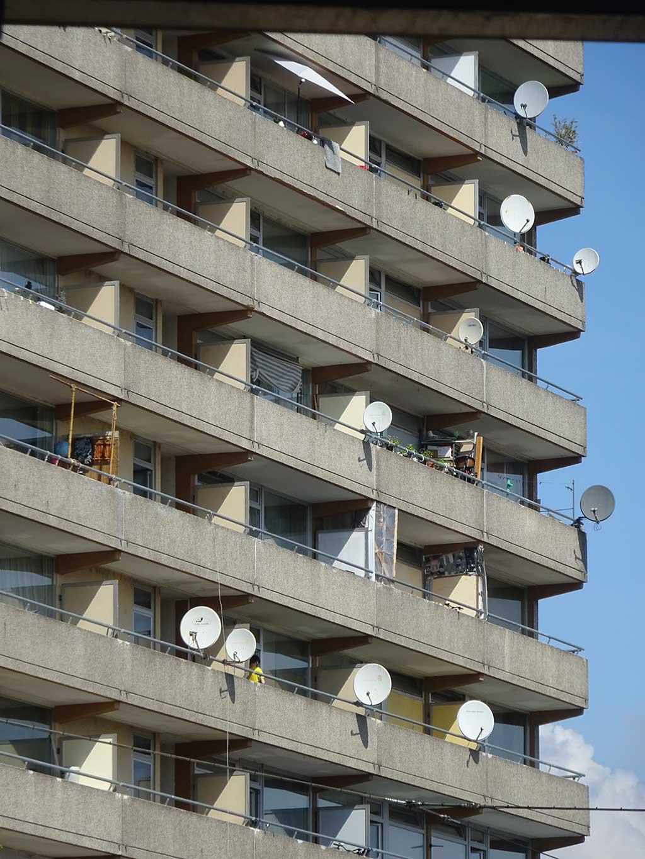 Haus mit vielen Satellitenschüsseln