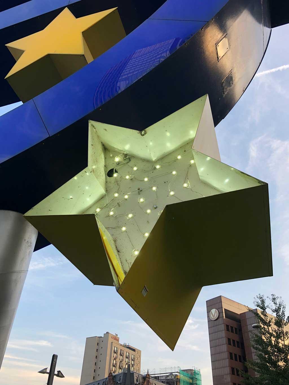 Beleuchtung eines Sternes der EURO-Skulptur in Frankfurt