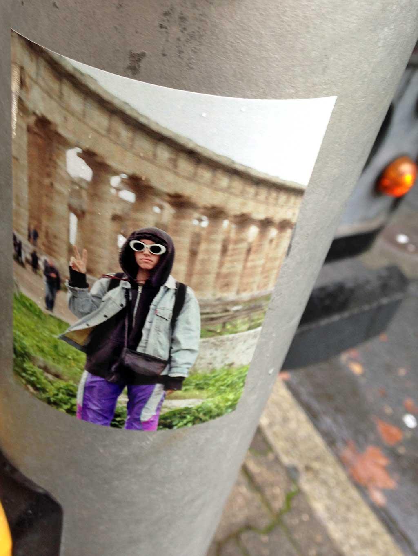 Sticker Art - Person mit Kapuze und Sonnenbrille