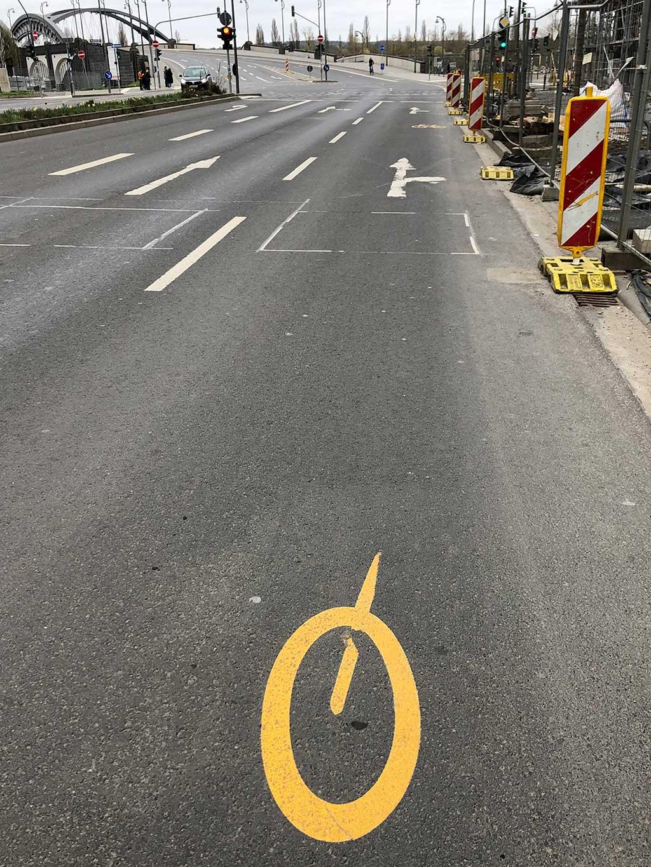 Restliche Staßenmarkierung eines Fahrrades auf der Straße im Ostend Frankfurts